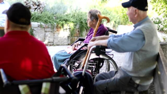 高齢者の付き合いとリラックス屋外のグループ - 老人ホーム点の映像素材/bロール