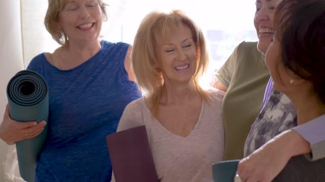 grupp seniorer tillbringar tid tillsammans under träning - gym skratt bildbanksvideor och videomaterial från bakom kulisserna