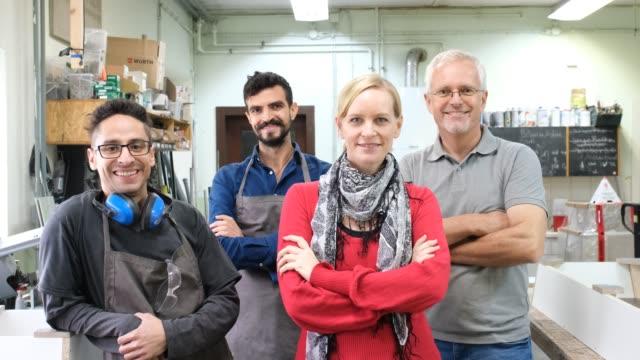 gruppo di personale del piccolo laboratorio - cemento video stock e b–roll