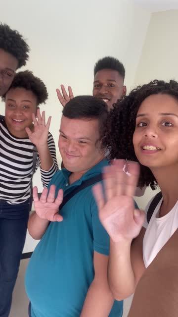 ビデオ通話を行っている学生のグループ - disabilitycollection点の映像素材/bロール