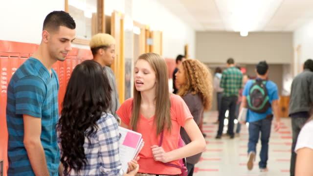 学生グループで招待の廊下 - 新学期点の映像素材/bロール