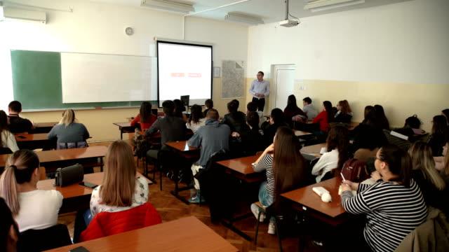 grupp studenter studerar med professor - seminarium bildbanksvideor och videomaterial från bakom kulisserna