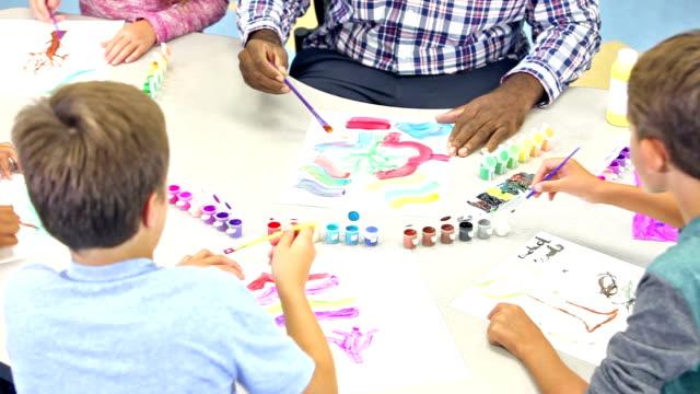 Gruppe der Schüler mit Lehrer im Kunstunterricht – Video