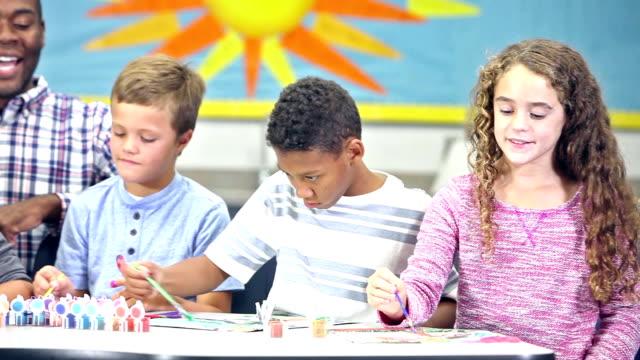 美術の授業で教師が学生のグループ ビデオ