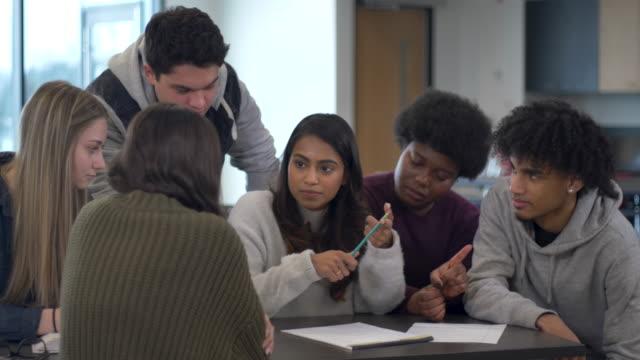 vidéos et rushes de groupe d'étudiants travaillant ensemble - 20 24 ans