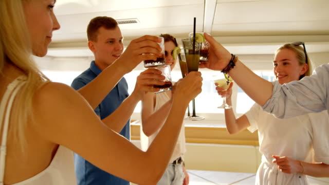 vídeos y material grabado en eventos de stock de grupo de exitosos jóvenes personas coctel brindar en celebración al mismo tiempo de vacaciones en un yate. - yacht