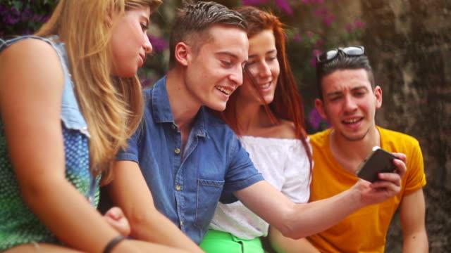 Gruppe der teenager mit einem Smartphone – Video