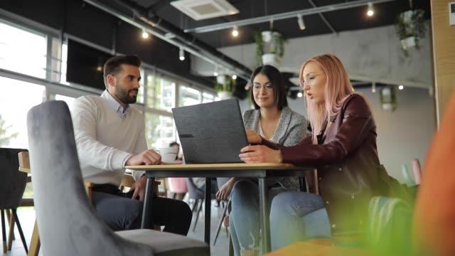 vidéos et rushes de groupe de trois personnes sur la pause-café dans la cafétéria - réunion d'affaires