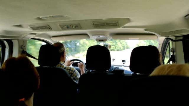 gruppe von touristen, die reisen im auto - van stock-videos und b-roll-filmmaterial