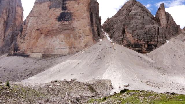 vidéos et rushes de groupe de touristes sur le côté d'une grande montagne. mouvement rapide - randonnée équestre