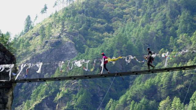 サスペンション ブリッジ クロス登山者のグループです。 - ネパール点の映像素材/bロール