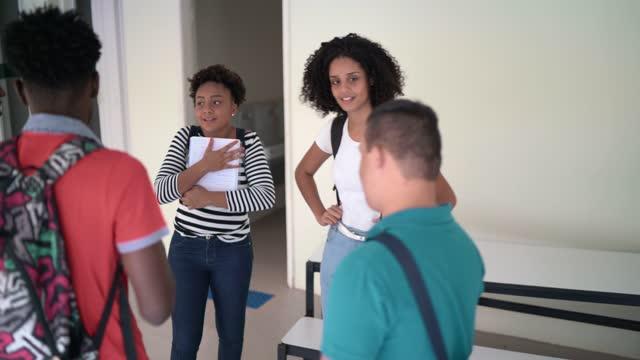 キャンパスで話している大学生のグループ - disabilitycollection点の映像素材/bロール