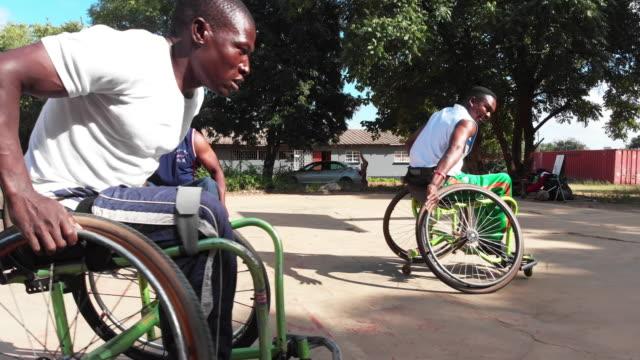 車いすバスケットボール選手のグループが速く地面を回る - 車椅子スポーツ点の映像素材/bロール