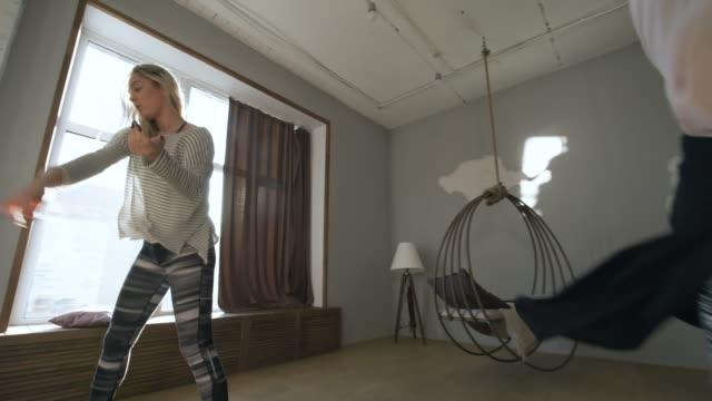 gruppo di donne che provano la routine di danza della casa - lega sportiva amatoriale video stock e b–roll