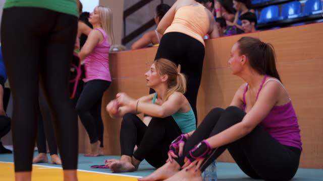 강렬한 훈련 후 편안한 여자의 그룹 - 운동 수업 스톡 비디오 및 b-롤 화면