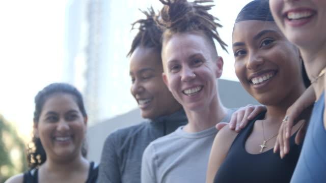 grupp kvinnor leende efter träningspasset i staden - endast kvinnor bildbanksvideor och videomaterial från bakom kulisserna