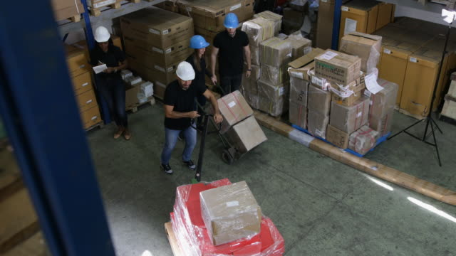vídeos y material grabado en eventos de stock de grupo de trabajadores en el almacén - suministros escolares
