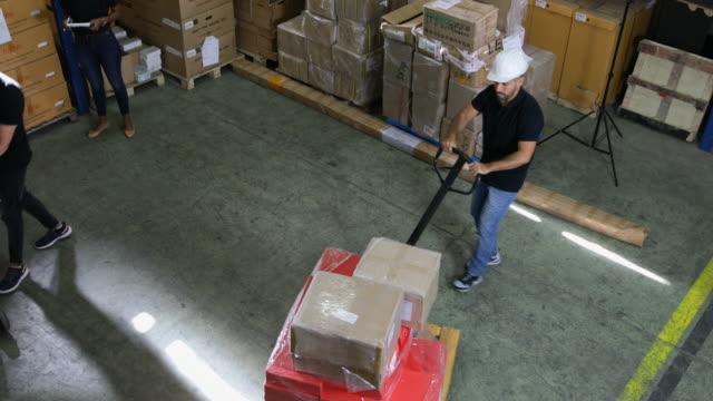 Grupo de trabajadores en el almacén - vídeo