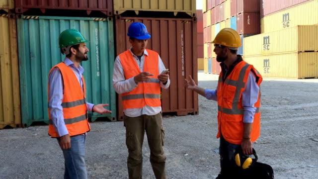 vídeos de stock, filmes e b-roll de grupo de trabalhadores com recipientes de carga de trabalho - vinho do porto