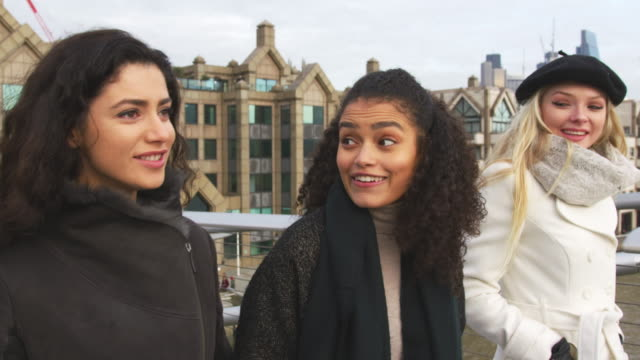 group of young female friends visiting london in winter - inghilterra video stock e b–roll