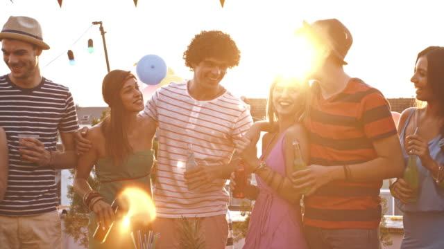 Gruppe junger Freunde Spaß auf der Party auf dem Dach – Video