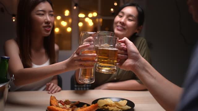 grupp unga vänner som gör en toast med öl - 20 29 år bildbanksvideor och videomaterial från bakom kulisserna