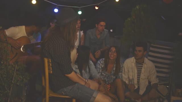 grupp unga vänner avkopplande på taket - akustisk gitarr bildbanksvideor och videomaterial från bakom kulisserna