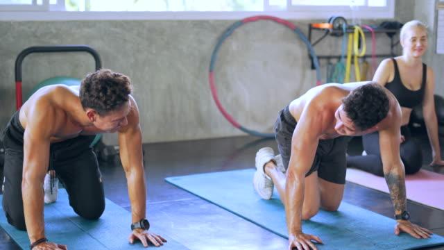 gruppe von jugendlichen trainieren in fitness im fitnessstudio - turngerät mit holm stock-videos und b-roll-filmmaterial