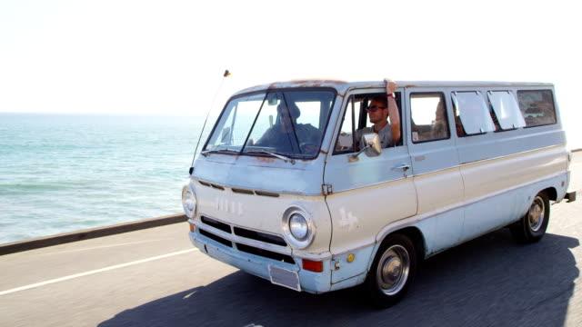 gruppo di giovani in viaggio su strada - furgone video stock e b–roll