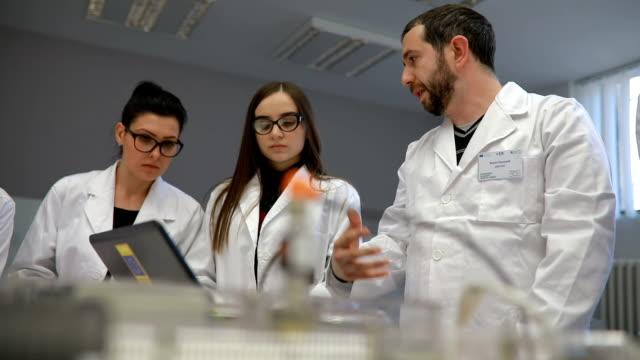 gruppo di giovani scienziati che realizzano un dispositivo per la misurazione dell'aria - quality video stock e b–roll