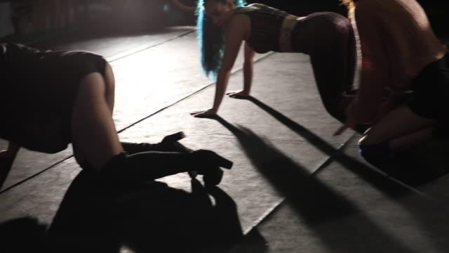 vidéos et rushes de groupe de jeunes femmes dansent équipe sur scène. - twerk