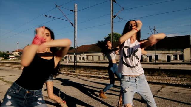 группа молодых женщин танцует хип-хоп на вокзале - поколение z стоковые видео и кадры b-roll