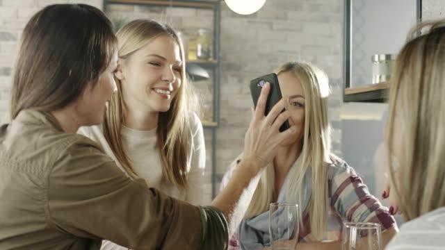 vídeos de stock, filmes e b-roll de grupo de jovens mulheres olhando para celular - reunião encontro social