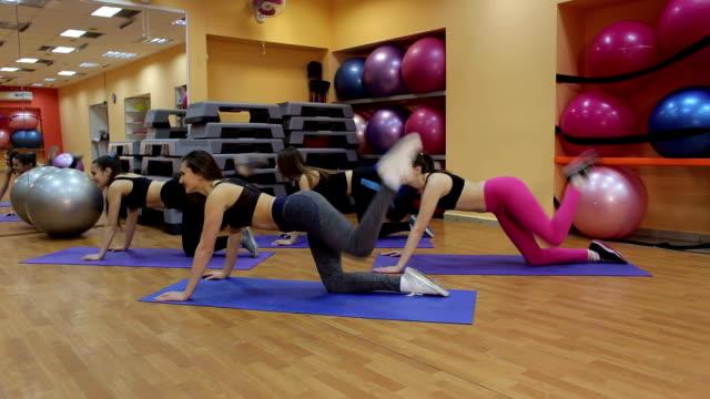 足のための演習を行う若い女性のグループ - 有酸素運動点の映像素材/bロール