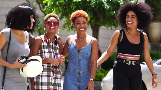 Grupo de jovens mulheres andando na rua - vídeo