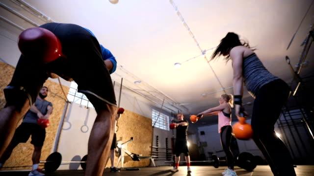 группа pf люди делают гири тренировки вместе - class стоковые видео и кадры b-roll