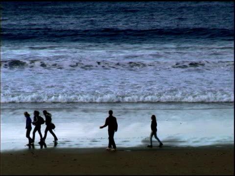 vídeos y material grabado en eventos de stock de grupo pasos de la playa en san sebastián, españa - descripción física