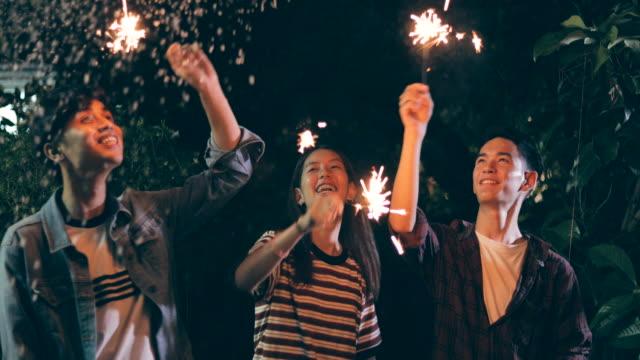stockvideo's en b-roll-footage met groep youngs met wonderkaarsen dansen - oost aziatische cultuur