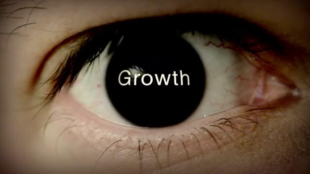 crescita scritto in occhio - comparsa video stock e b–roll