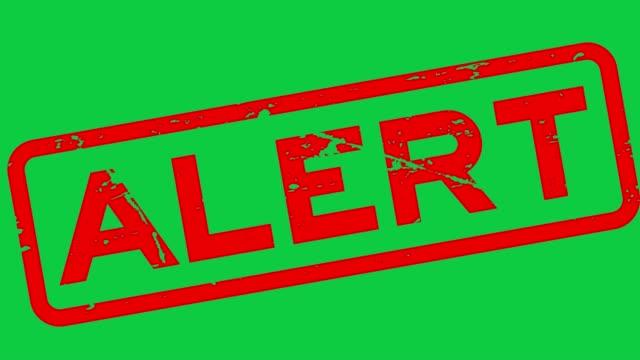 grunge czerwony alert kwadratowy gumowy pieczęć na zielonym tle - spoiler filmów i materiałów b-roll
