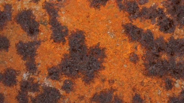 グランジ, さびた鉄の表面, ダークステイン, オーバーヘッドスライダーパン - 錆びている点の映像素材/bロール