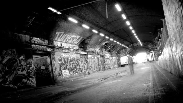 グランジトンネル-ループします。hd - 都市 モノクロ点の映像素材/bロール