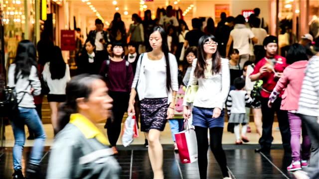 vídeos de stock, filmes e b-roll de guangzhou, china-nov 29,2014:  pessoas andam a famosa rua de compras-beijing road, guangzhou, china - dia do cliente