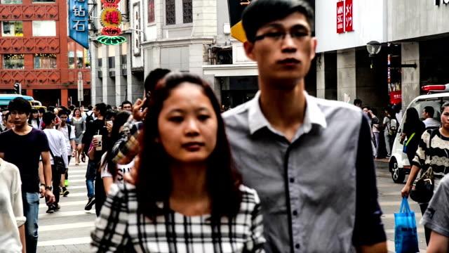 中国広州-11月 29,2014 :ローム名様まで収容可能、有名なショッピングストリート北京路廣州、中国 - 中国 広州市点の映像素材/bロール