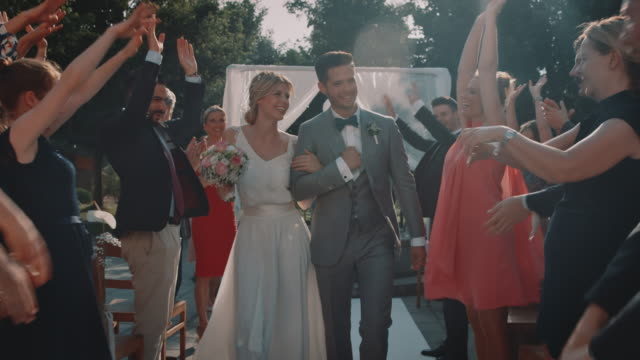 vídeos y material grabado en eventos de stock de invitados animando a la pareja recién casada en la boda - novio relación humana