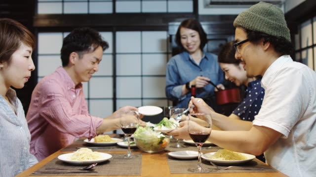 vidéos et rushes de clients se servir au dîner - seulement des japonais