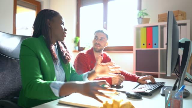 プロジェクトを通じて彼女のチームメンバーを導く - プロジェクトマネージャー点の映像素材/bロール