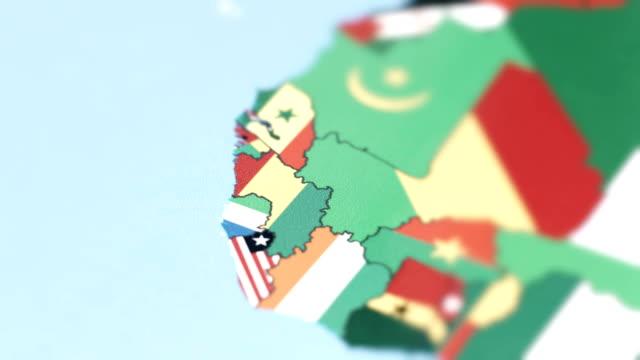 vídeos de stock, filmes e b-roll de fronteiras da guiné com a bandeira nacional no mapa do mundo - país área geográfica