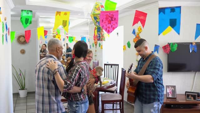 vídeos de stock, filmes e b-roll de violonista celebrando a festa junina - tradição