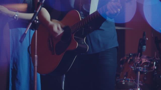 gitar çalan - bar stok videoları ve detay görüntü çekimi